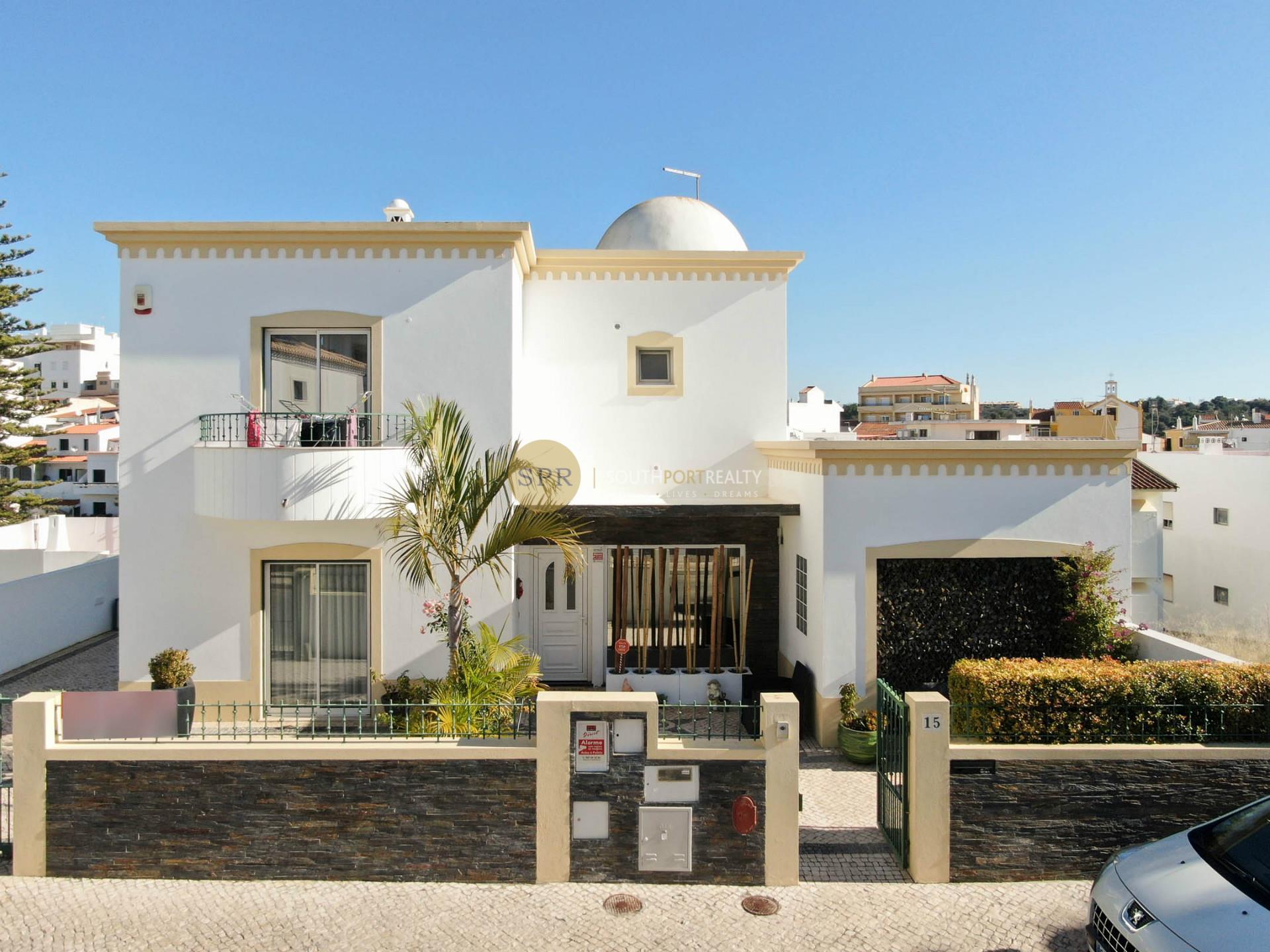 Excellente villa de 3 + 1 chambres avec piscine chauffée à Alcantarilha