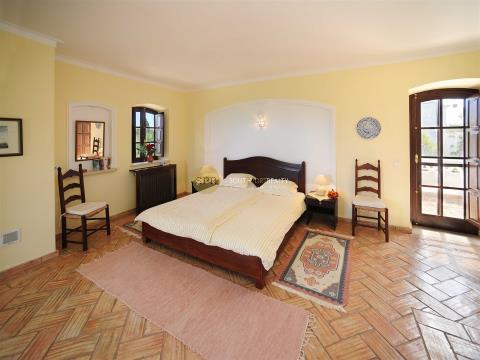 Traditional style villa in a prime location within walking distance to the beach