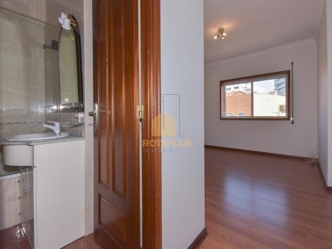Apartamento T3 Duplex localizado na Urbanização dos Maninhos.