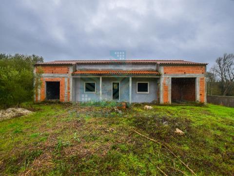Moradia T3 em construção inserida em lote de 1840 m2