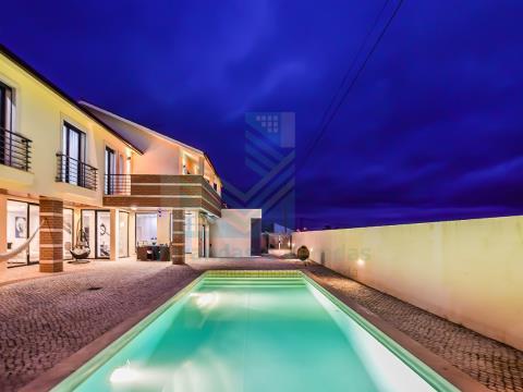 Moradia de luxo T5 com piscina e anexo