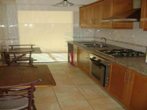 Apartamento T4 com renda, Remodelado em Torres Novas