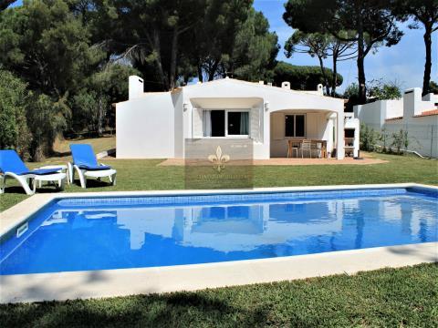 Charmante 2-Schlafzimmer-Villa, die in einer sehr grünen Gegend und in der Nähe des Strandes liegt.