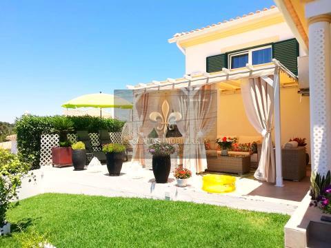Moradia V2+1 em condomínio com piscina em Albufeira