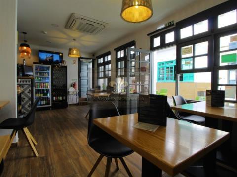 Edifício com restaurante e apartamento duplex T2 em Albufeira - Algarve