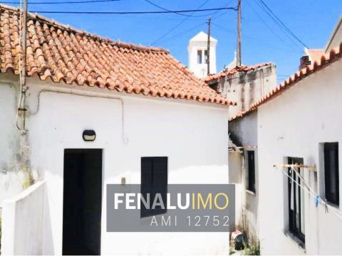 Casa antiga, com anexos, no centro da Foz do Arelho, Costa de Prata, Portugal