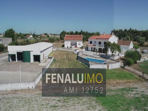 Small estate, business, houses, pool, wells, close to Lisbon